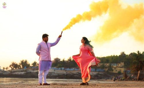 2 smoke bombs in pre wedding shoots