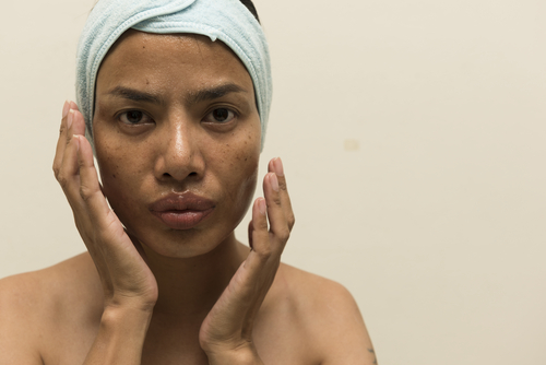 applying-facemask-to-oily-face