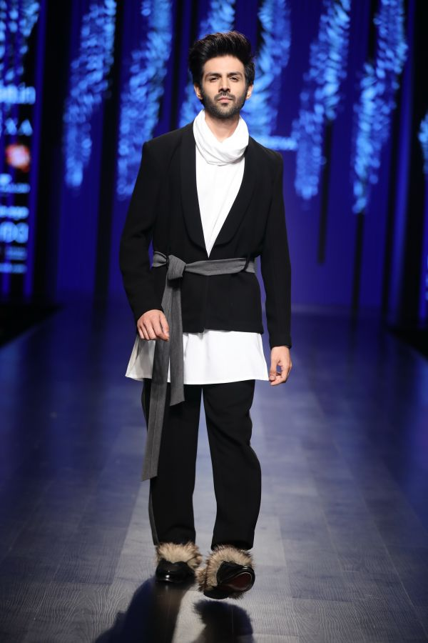 Showstopper Kartik Aryan for Pawan Sachdeva at FDCI AIFW AW 2018 %282%29