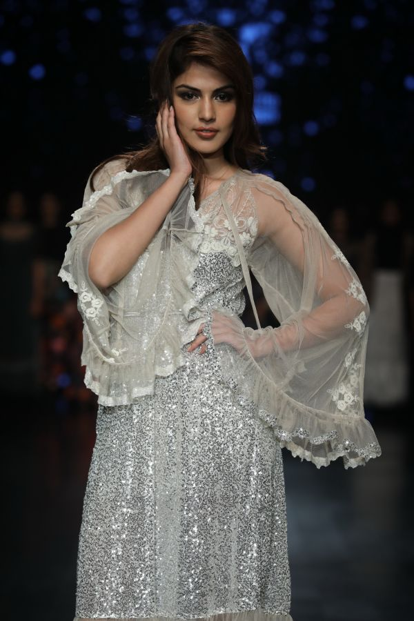 Showstopper Rhea Chakraborty for Rina Dhaka at FDCI AIFW AW 2018 %286%29