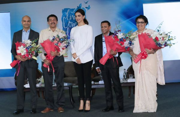 L2R Dr Shyam Bhat Dr Soumitra Pathare  Ms Deepika Padukone   Mr Siddharta Swarup  and Ms Anna Chandy