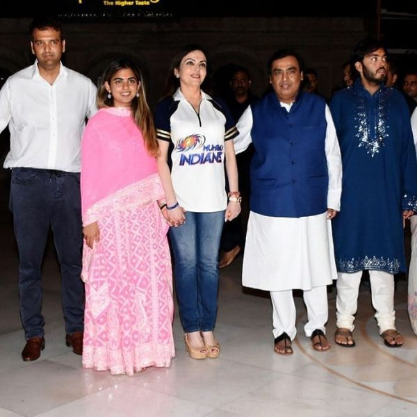 Isha Ambani Visits Iskon Temple With Anand Piramal And Family 1