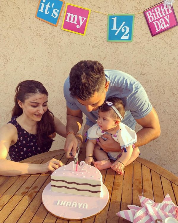 Soha ali khan and kunal khemmu's daughter inaaya naumi khemmu cutting the cake