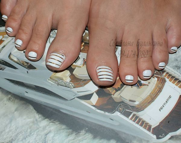 12 toe nail art summer instragram white and gold stripes
