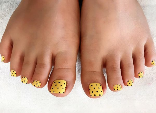5 toe nail art summer instragram yellow polka dot