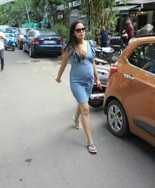 5 mira kapoor - showing baby bump in dress