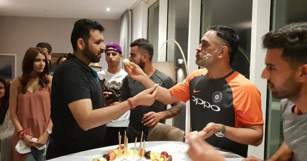 2 dhoni - anushka joins virat at dhoni's birthday in england