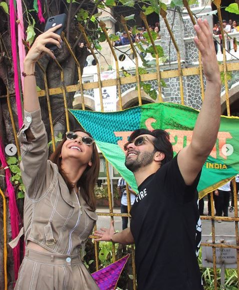 3 anushka sharma - taking selfie with varun dhawan