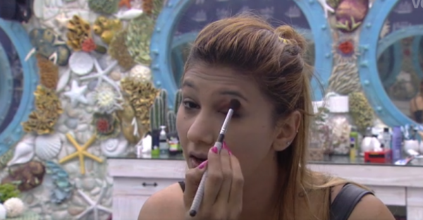 Jasleen Matharu Applying makeup on bigg boss