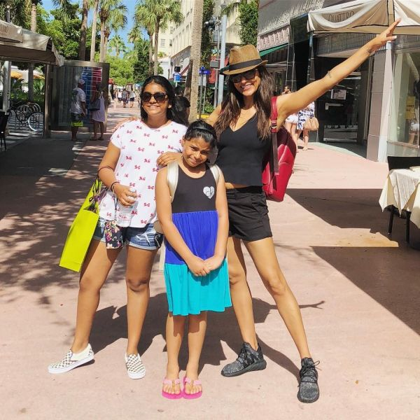 Sushmita-Sen-Daughters-1