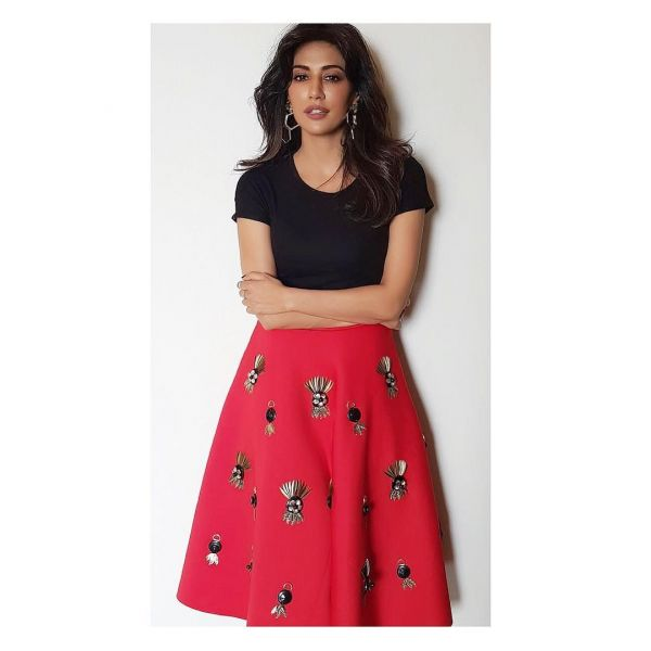 2-chitrangda-songh-black-top-red-skirt-baazaar