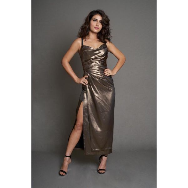 1-fatima-kareena-kapoor-vs-fatima-sheikh-metallic-dress