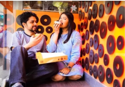 pre-wedding-photoshoot-foodie-couple