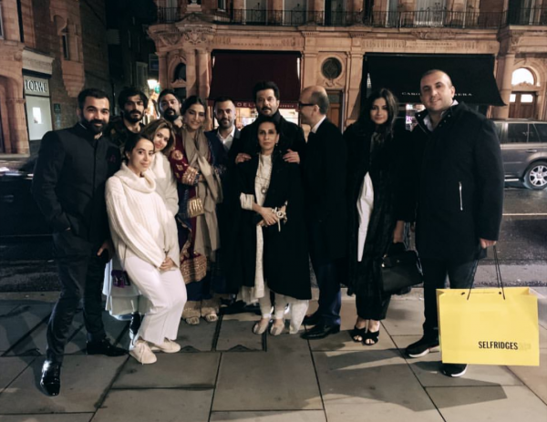 7-kapoor-family-in-london-family-dinner-with-friends
