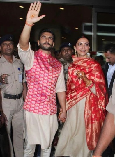 deepika-and-ranveer-at-mumbai-airport-waving