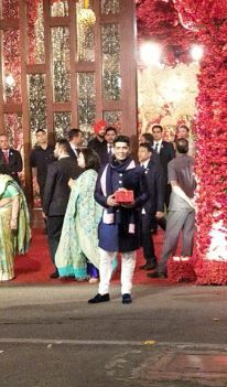 9-Ambani-Wedding-Awards-list-Manish-Malhotra