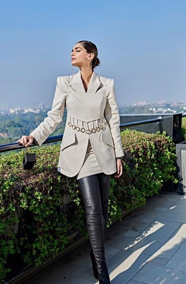 2-Move-Over-Pantsuit-The-Skirt-Suit-Is-Here- -Sonam-Kapoor-Knows-How-To-Rock-It