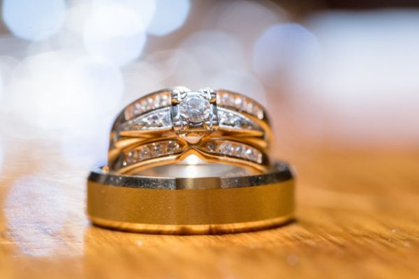 11-engagement-ring-guide-colour-of-metal-gold
