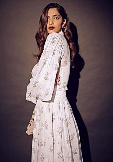 2-Sonam-Kapoor's-White-Floral-Dress-Is-Giving-Us-Legit-Dreams-Of-Summer