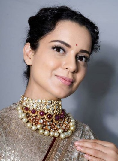2-Kangana-Ranaut's-Designer-Saree-Will-Make-You-Reach-For-Tissues-To-Wipe-Those-Happy-Tears