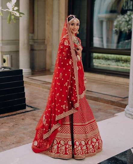 1-Dance-Like-There-Is-No-Tomorrow-In-These-Gorgeous-Sangeet-Outfits-For-Real-Brides