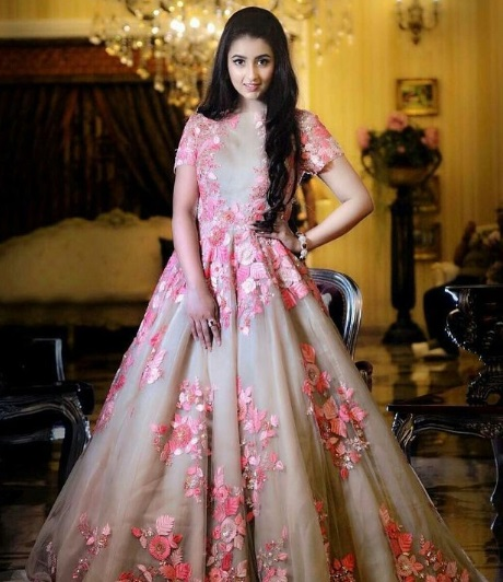 7-Dance-Like-There-Is-No-Tomorrow-In-These-Gorgeous-Sangeet-Outfits-For-Real-Brides