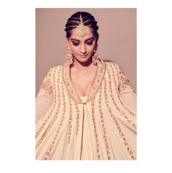 sonam-kapoor-smokey-eye-makeup-look-wedding-guest %283%29