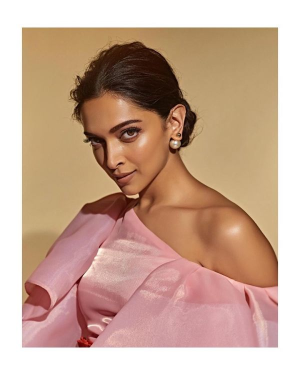 deepika-padukone-hair-hairstyle-bun-highlighter %282%29