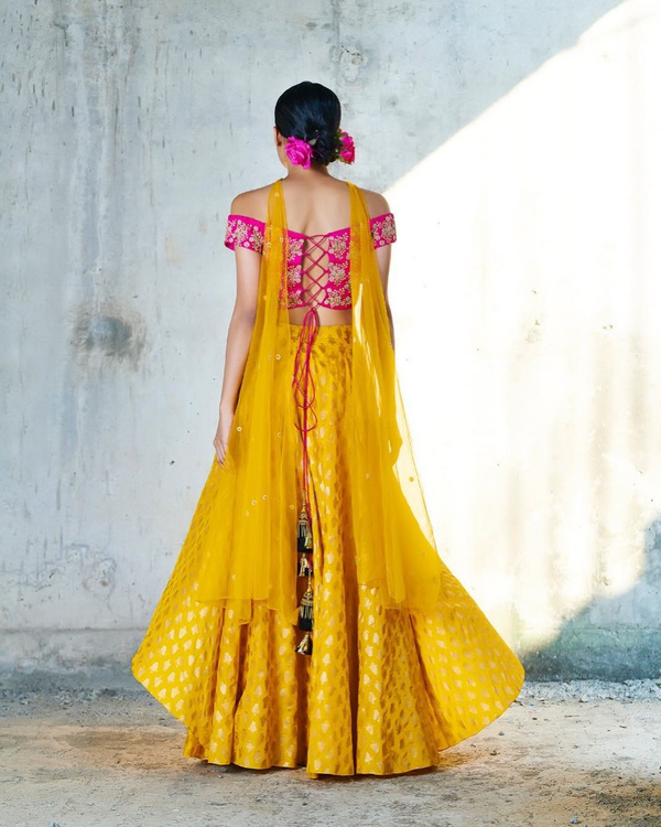 40-lace-up-saree-blouse-back-design