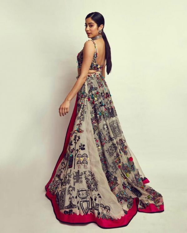 2-janhvi-kapoor-lion-awards-lehenga-pants-trail