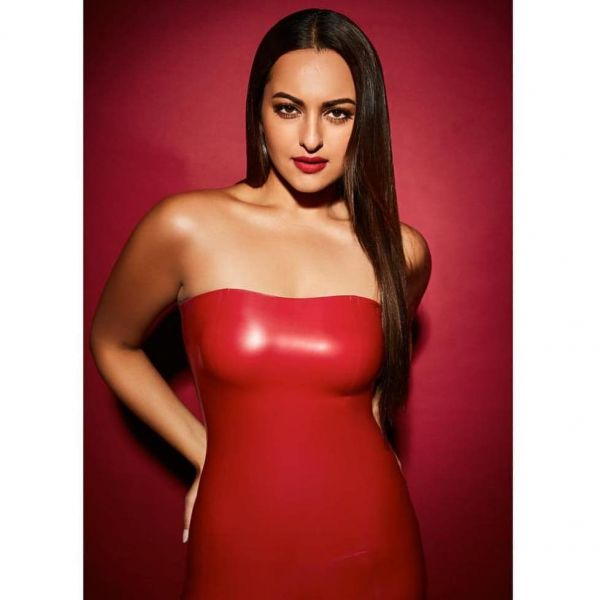 2-sonakshi-sinha-latest-pic-in-red