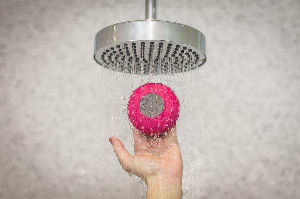 holding-shower-speaker 4460x4460