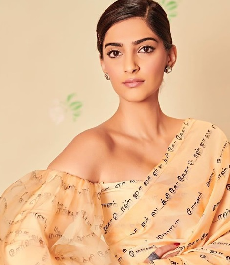 1-Sonam-Kapoor-Wore-A-Scribbled-Saree-And-We-Know-Exactly-What-It-Says!