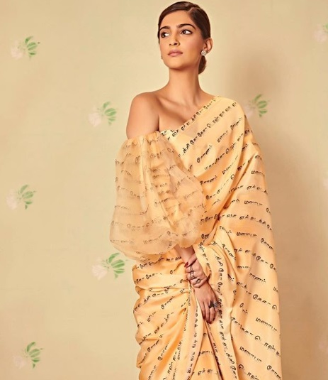 2-Sonam-Kapoor-Wore-A-Scribbled-Saree-And-We-Know-Exactly-What-It-Says!