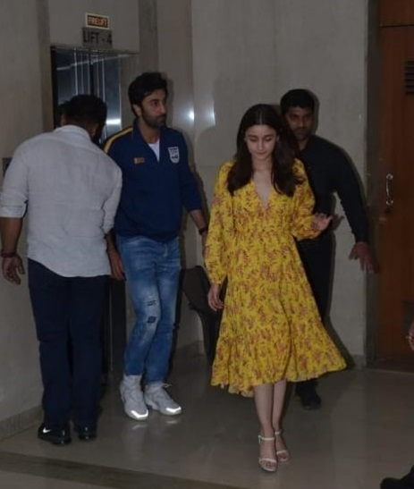 1-Ah-Young-Love-Alia-Bhatt-Stepped-Out-With-Ranbir-Kapoor-For-A-Fashionable-Outing-And-Yes-We-Have-Deets