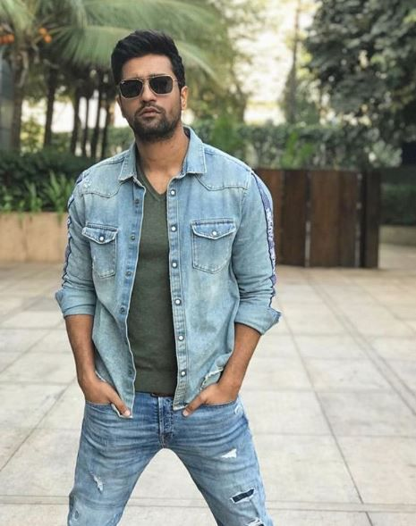2-vicky-kaushal-replies-to-troll-over-nepotism-vicky-posing