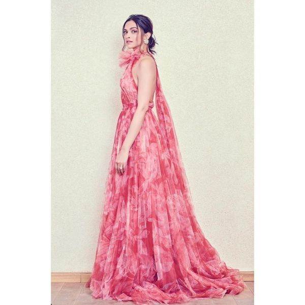 cape-deepika-padukone-gown-for-dad-award.