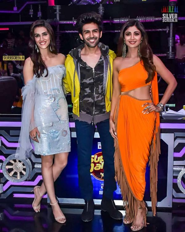 kartik-aryan-kriti-sanon-shilpa-shetty-orange-party-dress