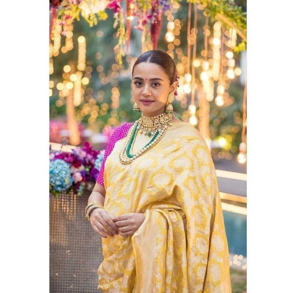 4-surveen-chawla-baby-shower-pics %281%29