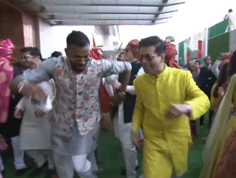 2-karan-johar-dances-with-hardik-pandya-at-ambani-wedding