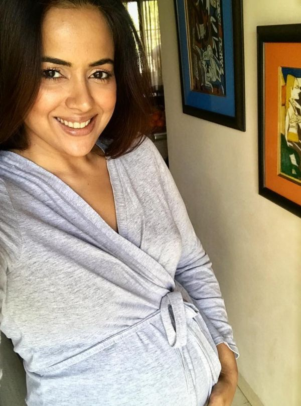 1-sameera-reddy-with-baby-bump