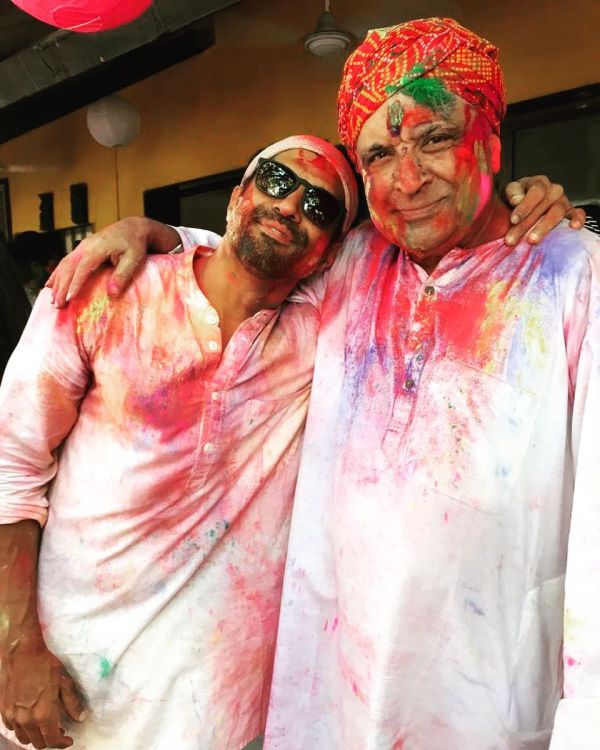 holi-2019-farhan-akhtar-with-father