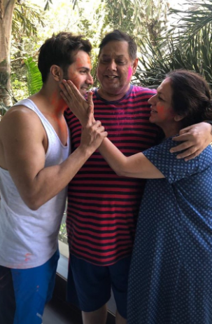 holi-2019-varun-dhawan-with-parents