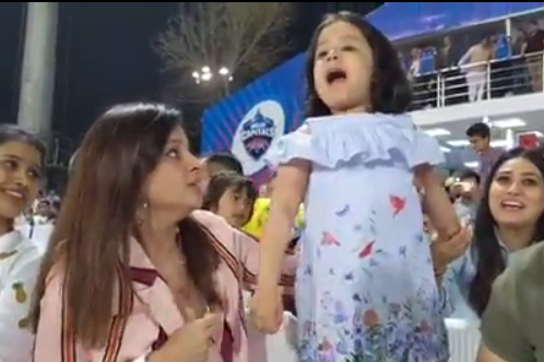 ziva cheering for daddy dhoni
