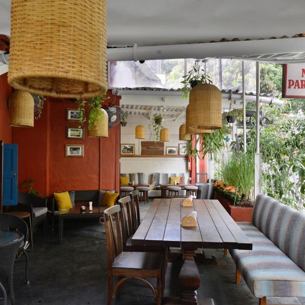 Pet-friendly-cafes-cafe-Mumbai-dog-cat-the-bagle-shop