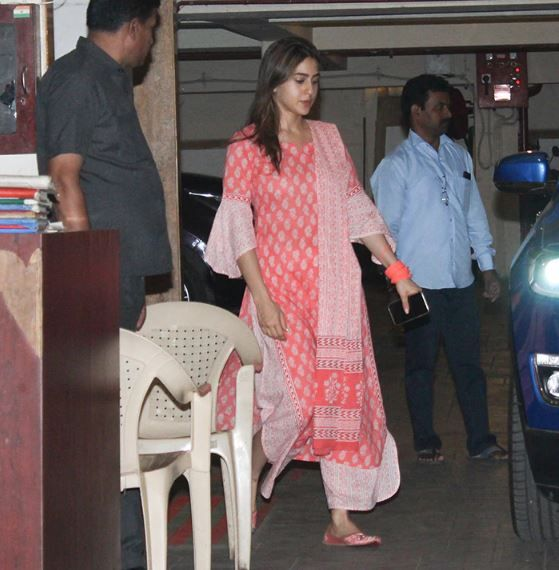 1-sara-ali-khan-at-saif-house-mumbai