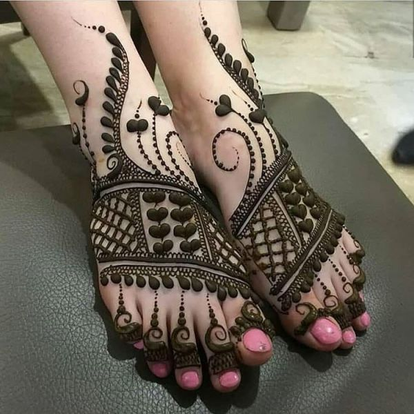 Heart shape design mehndi on feet.