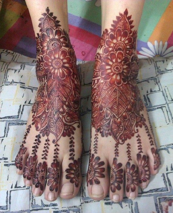 Beautiful leaves and flower design mehndi on feet