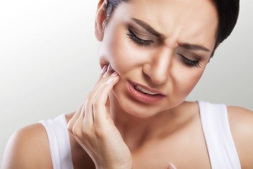 Tooth pain in woman