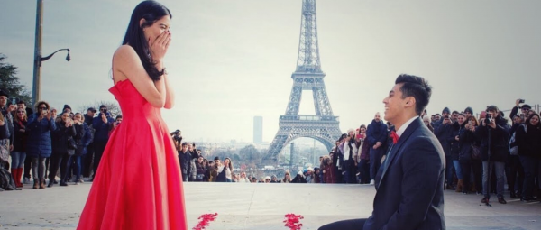 #FilmyLove: Man Proposes To His Girlfriend In Front Of Eiffel Tower Dancing To SRK's Song!